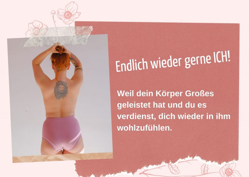 Person in Rückenansicht in großem rosafarbenem Slip und mit nacktem Rücken, auf dem ein Tattoo zu sehen ist. Sie hält die Arme über dem Kopf verschränkt und wirkt kraftvoll.